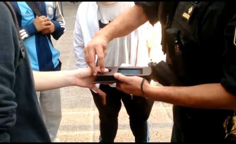 Nefasto: en Mendoza la policía investiga el cuerpo de las personas con tecnología biométrica